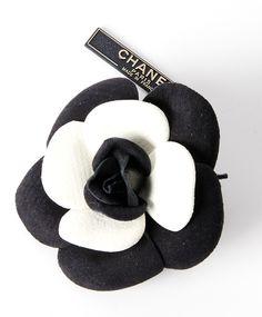 Chanel Camelia Flower Brooch tweedehands authentiek veilig online shoppen webshop Antwerpen België LabelLOV winkelen mode stijl luxemerken luxe designer ontwerper accessoires