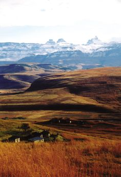 Zulu huts at the foot of the Drakensberg - South Africa South Afrika, Living In Europe, Kwazulu Natal, Out Of Africa, Countries Of The World, Congo, Live, Continents, Cool Pictures