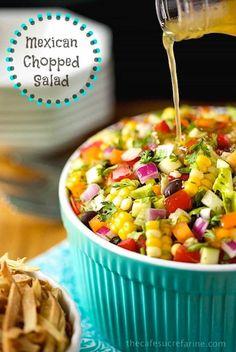 Bilde av dressing blir helles på meksikansk Hakket Salat.