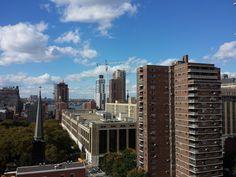 Uno sgabuzzino convertito a uso abitativo in uno dei grattacieli piú recenti all'inizio dell'Upper West Side. Piú che un fabbricato sembra un macchinario. Pallido, metallico, molto riflettente, sulla cinquantina di piani, tutt'attorno balconi che sembrano alette di raffreddamento.
