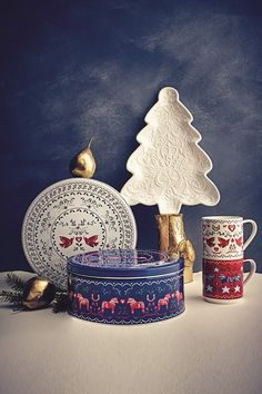 Get into the baking mood with Christmas themed platter, cake tins & stacking mugs.