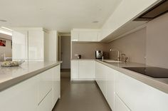 By far the most popular handleless kitchen colour is white. However, very often mixed with a contrasting colour or wood island or feature wall cabinet. Handleless Kitchen, Contemporary Kitchen Design, Kitchen Inspirations, Kitchen Decor, Sleek Kitchen, Interior, Kitchen Units, Kitchen Room, Modern Kitchen Design