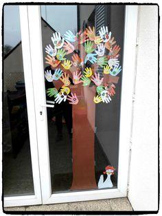 arbre de printemps à plusieurs mains, bricolage enfant, décoration de porte