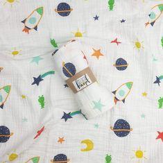 Mit Liebe genähtes Musselin Tuch.  Die verschiedenen Motive, in schönen Pastellfarben mit Sommer/Obst- und Weltall-Motiven, sind selbst entworfen und designt. Die Tücher eignet sich perfekt als kleine Sommerdecke, Schmuse- oder Spucktuch. An einem Eck des Tuches ist eine kleine Schlaufe zum aufhängen angebracht. Entweder für einen Haken zum aufhängen oder zum Schnuller befestigen.  Farbe: Weiß - verschiedene Pastelltöne z. B. Raketen, Stern, Mond Länge ca. 70 x 80 cm  Viel Spaß beim… Fabric Crown, Rockets, Outer Space, Pastel Colours, Pacifiers, Star