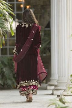 Naryman Kurti, Izaar & Dupatta _________________________________ Pj material combo with velvet kurti Pakistani Bridal Dresses, Pakistani Dress Design, Indian Dresses, Indian Outfits, Wedding Dresses, Pakistani Suits, Wedding Wear, Kurti Pakistani, Dream Wedding