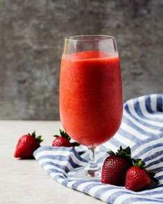 A deliciously fruity virgin strawberry daiquiri that takes seconds to make. This delicious faux cocktail is one the whole family can enjoy together! Kid Drinks, Non Alcoholic Drinks, Summer Drinks, Alcholic Drinks, Virgin Strawberry Daquiri Recipe, Strawberry Drinks, Strawberry Margarita, Virgin Cocktails, Virgin Cocktail Recipes