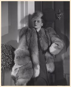 enormous fur muff with matching jacket, hat Vintage Fur, Vintage Glamour, Vintage Beauty, Vintage Vogue, 1930s Fashion, Fur Fashion, Vintage Fashion, Vintage Couture, Vintage Hollywood