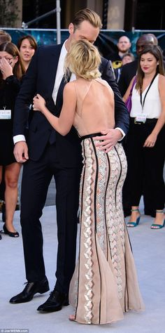 alexander skarsgard tarzan premiere uk | Alexander Skarsgard helps Margot Robbie with her dress at Legend Of ...