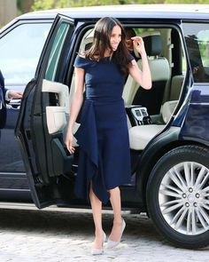 Meghan Markle and her mother, Doria Ragland, just arrived at the Cliveden House Hotel ahead of the royal wedding. See their outfits. Estilo Meghan Markle, Meghan Markle Stil, Meghan Markle Dress, Meghan Markle Fashion, Meghan Markle Wedding Dress, Meghan Markle Outfits, Navy Blue Dresses, Navy Dress, Meghan Markle Shows