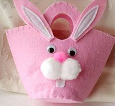 Handmade Easter Baskets The new traditions caught on over time, and evolved: nests became baskets; hares became the Easter Bunny; Craft Stick Crafts, Felt Crafts, Handmade Christmas Decorations, Felt Baby, Easter Crafts For Kids, Felt Fabric, Felt Ornaments, Easter Baskets, Kids Christmas