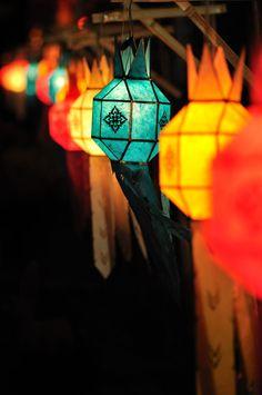 DIY Handmade Lanterns for Outdoor Celebrations Diwali Lantern, Diwali Lights, Deco Champetre, Party Fiesta, Diy And Crafts, Paper Crafts, Be Light, Diwali Decorations, Outdoor Decorations