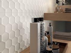 Si vous avez envie de rompre avec la symétrie dans la salle de bains, adoptez le nid d'abeille ! Version serviette de bain ou version carrelage mural,