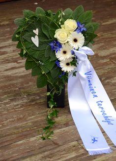 Bildresultat för begravningsblommor Floral Arrangements, Cats, Tableware, Flowers, Rose Flower Arrangements, Gatos, Flower Arrangements, Dinnerware, Dishes