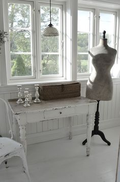 Frøken Jægers hus  antique white table