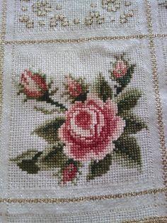 Myslíme si, že by sa vám mohli páčiť tieto piny - tonka. Tiny Cross Stitch, Cross Stitch Pillow, Cross Stitch Cards, Cross Stitch Flowers, Cross Stitch Kits, Cross Stitch Designs, Cross Stitching, Cross Stitch Embroidery, Hand Embroidery