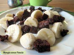 Brownie con banana e yogurt greco è una colazione-merenda nutriente e piena di proteine, ideale per dare uno sprint alla giornata!