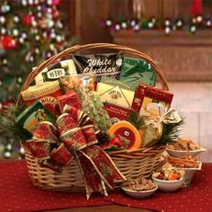Bountiful Holiday Gift Basket / A classic of holiday treats for family and…