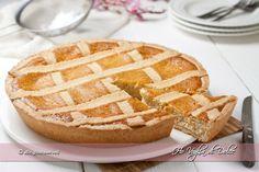 Pastiera napoletana tradizionale, ricetta tipica napoletana, dolce di Pasqua napoletano. Pastiera di grano con ricotta, fiori d'arancio e pasta frolla.