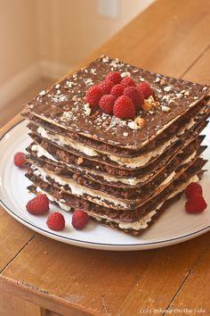Tarta sin horno de crackers (wasa) con chololate (o nutchoc o sirope de chocolate de walderm farms), nata (o queso fresco batido o semejante, para hacerlo más ligero) y avellanas