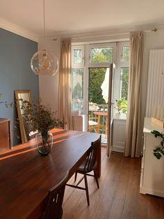 Traumhaftes Esszimmer! Die Wohnung zeichnet sich durch ihre lichtdurchfluteten Zimmer, welche mit einer Wendeltür verbunden sind, aus. Ebenso verfügt sie über Stuck und Dielen sowie einen Südbalkon mit Blick ins Grüne. #wg #wgzimmer #wggesucht #wohnen #einrichtung #interior #apartment #roomgoals #wohnideen #roominspo #inspo #inspiration #design #furniture #diningroom #esszimmer #balkon #balcony Dream Apartment, Apartment Living, Home Living, Living Spaces, Cozy House, Hygge, Room Inspiration, Stuck, Interior Decorating