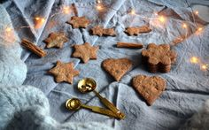 Gluteenittomat ja vegaaniset piparit - Gluten free and vegan gingerbread cookies / Sweets by Sini Vegan Gingerbread Cookies, Low Fodmap, Cinnamon Sticks, Clean Eating, Spices, Gluten Free, Sweets, Chocolate, Desserts
