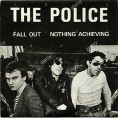 ポリスの歴史は1976年に地元のニューカッスル大学のセントメリーズ・カレッジにある大食堂で歌っていたスティングが、アメリカ人ドラマーのスチュアート・コープランドに見染められたことから始まった。 それからしばらくしてロンドンで再会した二人はセッションしたが、スティングはその時に直感したことを、自伝「スティング」にこう記している。 この男は今まで一緒に演奏したなかでいっとうエキサイティングなドラマーだ。 いや、エキサイティングすぎるといってもいい。 同時に覚悟した。 この暴走列車は、積荷をバラバラにしてしまうくらいあっさりテンポを無視するだろう。 この暴風のなかで私がひねり出す音楽がなんであれ、それは穏やかで気の置けないものなどではなく、地獄を往来するようなワイルドなノリでしかない。 スチュワートはそのセッション後にジミ・ヘンドリックスとクリームの話を持ち出して、3人編成のバンドで一切のムダを削ぎ落としたプレーをしたいという構想を明らかにし、バンド名はポリスにするという意志表示もしている。 スチュワートはスティングに「Less Is More(レス・イズ・モア)」と話していた。…