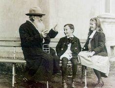 Лев Толстой рассказывает историю своим внукам, 1909.jpg
