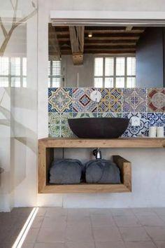 Fliesen-Deko Ideen: modernes Badezimmer Interieur mit Holz und großer Duschwand