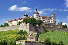 Die Festung Marienberg in Würzburg, Germany ist von Weinreben umsäumt und blickt hinab auf die alte Universitätsstadt mit ihren Kuppeln, Türmen und Brücken. (Textquelle: Würzburg.de)