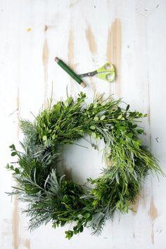 Připravte se na Dušičky. Tip na uvázání věnce - Grafiky - Žena.cz Christmas Wreaths, Xmas, My Room, Floral Wreath, Holiday Decor, Home Decor, Wreaths, Mandalas, Crown Cake