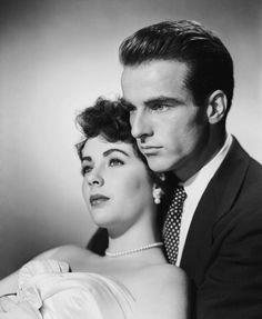 """Romance. La película que lo consagró como gran estrella de Hollywood fue<em> Un lugar en el sol</em>, junto a Liz Taylor. Su romance fuera de la pantalla fue muy comentado. <strong><a href=""""http://www.youtube.com/watch?v=OzprgVikM-A"""">(Ver vídeo """"Montgomery Clift: Emotional Acting Style"""")</a></strong>"""