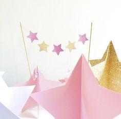 Allestimenti stellari per un primo compleanno da sogno ⭐️ @fabulouspartydesign #caketopper #centrotavola #star