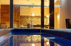 51 piscinas para curtir o verão - Casa - Projetada em formato reduzido de raia pela arquiteta Lizia Zani Jorge, a piscina de vinil tem borda atérmica e iluminação com lâmpadas de LED. A profundidade é de 1,3 m com dimensões de 1,5 x 6m.