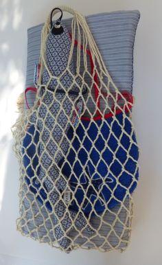 Kit naissance composé :-D'un plaid à langer coton et polycoton45 x 67cmGarniture 100% ouate de polyester.Épaisseur 1,5 cmMotifs appliqués.-2 bavoirs éponge bleu recto et verso coton et polycoton.Gansés d'un biais de coton.Motifs appliqués.-1 requin à suspendre, polycoton bleu .Garniture ouate de polyester.Présentés dans un filet  en coton naturel.Pièce unique pour cadeau unique.Plaid et bavoirs lavable à 40°.Fabrication française. Fred petit