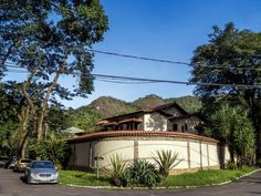https://flic.kr/p/J1vpSr | Casas do Brasil | Uma bela casa na cidade do Rio de Janeiro!  Junto à ela, uma Mercedes abandona. O carro amarelo atrás dela, também abandonado... Nesta vizinhança vi alguns carros de luxo abandonados, como Land Rovers, Cherokees, etc...! :-o  Tenham um excelente dia! :-)  _____________________________________________  Houses of Brazil  A beautiful house in the city of Rio de Janeiro, Brazil.  Next to it, an abandoned Mercedes. The yellow car behind it, abandoned…