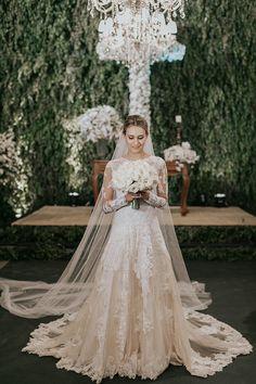 Vestido de noiva clássico de renda com mangas longas ( Vestido: Vivaz   Foto: Barbara Dutra )
