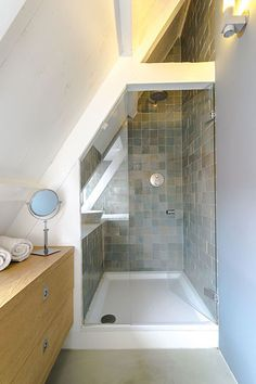 Rural living in dyke house in Durgerdam Amsterdam – decor Small Attic Bathroom, Loft Bathroom, Upstairs Bathrooms, Bathroom Storage, White Bathroom Interior, Modern White Bathroom, Attic Rooms, Attic Spaces, Bad Inspiration