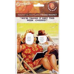 Kişiye özel magnet nasıl mı olur?  Bamforth Magnetic Peepcard, içine kendi fotoğraflarını yerleştirebileceğiniz vintage kartpostal görünümlü bir magnet. Biz Plajdayken Magneti ile unutulmaz tatil fotolarınıza bir yenisini ekleyin.