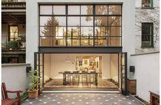 Het ontwerp en inrichting is erg belangrijk voor een tuin, maar ook de achtergevel van het huis kan een hele belangrijke rol spelen. Een enkele deur vanuit de woonkamer naar de tuin voelt tóch heel anders aan dan bijvoorbeeld een groten glazen schuifpui of openslaande deuren. Vandaag willen we een tuin laten zien, waarvan niet alleen het ontwerp erg mooi is, maar eigenlijk de achtergevel de hoofdrol opeist. Super nice! De tuin is van een herenhuis gelegen in Brooklyn in New York. De woning…