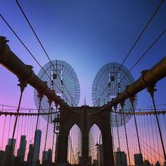 Have you been to Brooklyn Bridge? During dusk it has amazing views as we witnessed here 😇 It spans the East River in New York City connecting the boroughs of Manhattan and Brooklyn. Completed in 1883 it is one of the oldest suspension bridges and the first constructed using steel wire.      #brooklynbridge #brooklyn #nyc #thetravelspeak #travel...