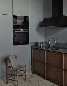 Nordiska kök, dark stained oak in-frame kitchen. A modern kitchen in a historical building in Gothenburg. #nordiskakok #kök #köksinspiration #kitcheninspo #nordicdesign #scandinaviandesign #kitchen #träkök #woodenkitchen #kitchendesign #bespokekitchen #minimalist #nordichome #scandinavianhome #interiordesign #interiors #interior #architecture #interiorarchitecture #homedecor #köksinspo #køkken #interieur #köksinspiration
