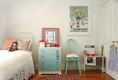 Arredamento shabby per la cameretta con mobili in legno di colore bianco e azzurro