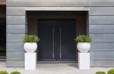 Ceramiczno akrylowa donica żółta lub zielona o nowoczesnym, kubicznym kształcie. Dostępność różnych rozmiarów pozwala stworzyć ciekawe aranżacje podnoszące atrakcyjność tarasów i ogrodów.  Materiał: CERAMIKA AKRYL Wymiary: śr 40x32 cm