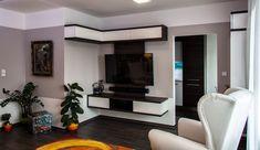 Ústředním motivem obývacího pokoje je designová televizní stěna, která je vyrobena z tmavého lamina