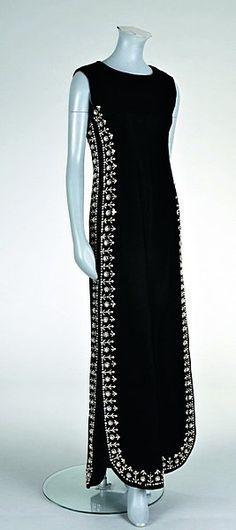 RIEN À VOIR AVEC LES SUIVANTES... CECI N EST PAS DU WORTH Balenciaga black velvet evening gown, Winter 1967