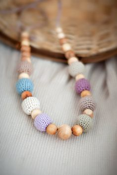 Earthy Simple nursing necklace  teething necklace  por Almami, $16.00