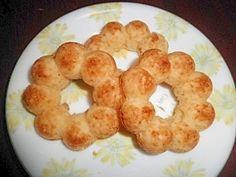「ホットケーキMIXで簡単ポンデ型焼きドーナッツ」ホットケーキミックスを使って簡単に焼きドーナツを作ります。シリコン製の型を使うと取り出しが簡単にできます。【楽天レシピ】