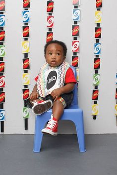 Although I hate the playing card backdrop, the UNO theme for a first birthday is so fun!