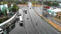 Câmeras registram dois acidentes perto do Largo do Cabanga, no Recife  No primeiro, ônibus bateu na mureta de proteção em uma curva.  Motociclista ficou ferido em outro acidente, no Capitão Temudo.