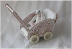Linnanneidon lokikirja: Nukenvaunut - Dolls' carriages with link to instructions Modern Dollhouse, Diy Dollhouse, Dollhouse Miniatures, Victorian Dollhouse, Vitrine Miniature, Miniature Dolls, Miniature Houses, Vintage Paper Dolls, Vintage Toys